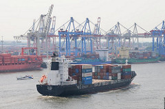 Ein kleines Containerschiff - Containerfeeder - verlässt den Hamburger Hafen - das Schiff passiert gerade die Containeranlagen des Terminals Burchardkai im Hamburger Hafenstadtteil Waltershof.