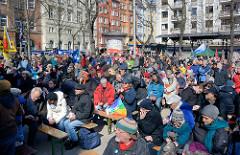 Abschlusskundgebung des Hamburger Ostermarsches auf dem Carl von Ossietzky Platz in Hamburg St. Georg.