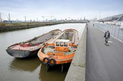 Schuten an der Kaimauer im Oberhafenkanal in Hamburg Hammerbrook - Radweg, Fussweg am Kanalufer.