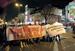 Demonstration Januar 2014 in Solidarität mit der Gruppe Lampedusa in Hamburg, der Essohäuser Initiative und den Betroffenen des Gefahrengebietes - Transparente des Demonstrationszugs auf der Reeperbahn - Aufschrift Kein Mensch ist Illegal / Gefahreng