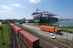 Waltershofer Hafen - Güterzug mit Containern / Containerzug, Satteschlepper beim Containertransport und Containerschiff unter den Containerbrücken des EUROGATE Terminals.