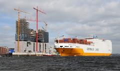 Baustelle Elbphilharmonie 2010 - RoRo Frachter GRANDE ARGENTINA verlässt den Hamburger Hafen.