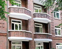 Klinkerhaus - mehrstöckiger Wohnblock; Balkons.