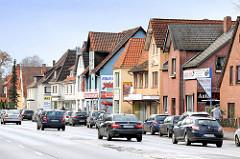 Einzelhäuser - Geschäftshäuser, Einzelhandel - fahrende Autos, KFZ - Cuxhavener Strasse in Hamburg Hausbruch.