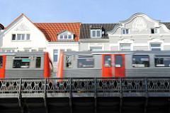 Hochbahnwagen auf dem Viadukt Isestrasse - Dächer und Fassadendekor der mehrstöckigen Wohnhäuser.