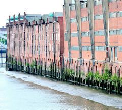 Speichergebäude / Lagerhäuser am Saalehafen, Dessauer Ufer - bei Ebbe ist erkennbar, dass die Gebäude auf Stelzen stehen.
