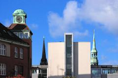 Historsches und modernes Verwaltungsgebäude des Hamburger Amts für Strom und Hafenbau - Kirchtürme von ST. Nikolau und St. Katharinen. 2006