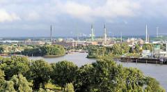Panorama vom Industriegebiet Hamburg Veddel - Industrieschornsteine und Industriearchitektur auf der Peute.