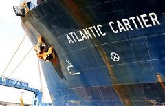 Schriftzug ATLANTIC CARTIER am Oswaldkai im Hamburger Hafen - in Brand geratener Frachter, beladen mit Gefahrstoffen u.a. Uranhexafluorid, das nicht mit Löschwasser in Kontakt kommen darf, aber in ganz Norddeutschland gab es kein Kohlenstoffdioxid,