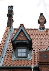 Historische Architektur Hamburgs - Dachdetails, Dachfenster und Schornstein.
