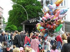 Luftballonverkauf auf dem Strassenfest der Eppendorfer Landstrasse. Bunte Luftballon.