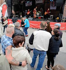 Musikgruppe Billbrook Bluesband Rock'n Roll  auf dem Hafenfest von Hamburg Harburg.