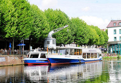 Blick in den Hafen von Hamburg Bergdorf - die Fahrgastschiffe Serrahn Queen und Serrahn Deern liegen am Kai / Serrahn. Ein historischer Kran steht unter Bäumen am Hafenufer - der elektrisch betriebener Drehkran aus dem Jahre 1901.