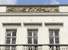 Friesdekor mit Darstellungen aus der griechisch-römischen Mythologie - Katharinenhof; Herrenhaus im Baurspark im Hamburger Stadtteil Blankenese.