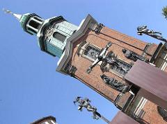Turm der Hl. Dreieinigkeits Kirche - St. Georg - Kreuzigungsgruppe.