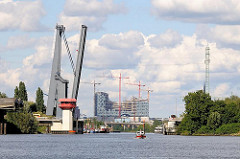 Geöffnete Reiherstiegklappbrücke über den Reiherstieg - im Hintergrund die Baustelle der Albphilharmonie an der Norderelbe.