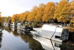 Moderne ARchitektur auf dem Wasser - neue Hausboote auf dem Eilbeker Kanal - Herbstbäume am Ufer; Fotos aus Hamburg Barmbek Süd.