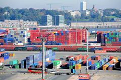 Containerlager auf dem Gelände des Terminals Burchardkai - auf dem gegenüberliegenden Elbufer Bürogebäude und alte Speicher in Hamburg Neumühlen.