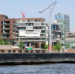 Anleger Elbphilharmonie im Hamburger Stadtteil Hafencity - Wohngebäude am Grasbrookhafen.