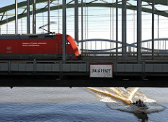 Zugverkehr auf der Freihafenelbbruecke - Schild Zollgrenze - Sportboot in voller Fahrt.