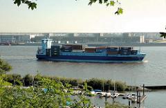 Blick vom Elbhang über den Mühlenberger Yachthafen auf die Elbe bei Hamburg Nienstedten - ein Containerschiff fährt elbabwärts.