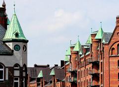 Giebeltürme mit Kupferdach - Bilder aus der Speicherstadt in der Hamburger Hafencity.