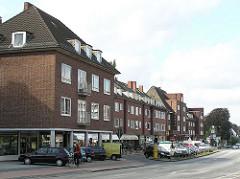 Stadtteil Hamburg Lokstedt - Blick zum Siemersplatz. Parkplätze und Geschäft.