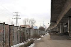 Alter Zollzaun an der Nippoldstrasse unter der Fahrbahn der Köhlbrandbrücke in Hamburg Steinwerder.