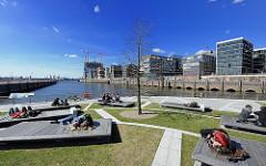 Frühlingssonne in der Hafencity - Mittagspause auf den Marco Polo Terrassen.