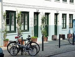 Zeissstrasse in Hamburg Ottensen - komplette Strasse unter Denkmalschutz. Kopfsteinpflaster, abgestellte Fahrräder am Strassenrand.