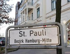 Stadtteilgrenze in Hamburg St. Pauli Bezirk Hamburg Mitte; weisses Schild mit schwarzer Schrift.