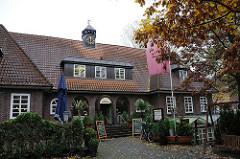 ehem. Rathaus von Hamburg Sasel - Architektur im Hamburger Heimatstil - Klinkergebäude mit Uhrenturm am Saseler Markt.