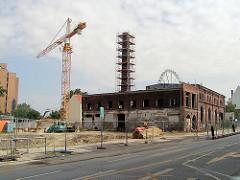 Teilweise Abriss der ehem. Maschinenfabrik an der Hein Hoyer Strasse - Baustelle mit Kran in Hamburg St. Pauli.