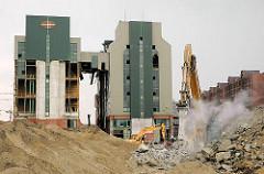 Abriss der Kaffeelagerei am Brooktor der Hamburger Hafencity - ein Kran transportiert Bauschutt, der in einer Staubwolke auf einen Berg geschüttet wird. (2006)
