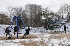 Schnee liegt in Hamburg, Spielplatz in Möllers Park.