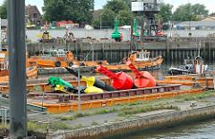 Signal Fahrwassertonnen lagern auf einer Schute im Finkenwerder Hafengebiet.