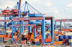 Portalkräne beim Transport von Containern auf dem Areal des modernen Container Terminals Altenwerder.