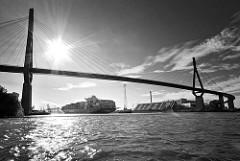 Köhlbrandbrücke über den Köhlbrand / Süderelbe; die Brücke verbindet im Hamburger Hafen die Stadtteile Hamburg Wilhelmsburg und Waltershof. Ein Containerfrachter fährt zum Container Terminal Altenwerder.