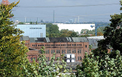 Blick vom Harburger Schwarzenberg - historische und moderne Gewerbebauten Harburgs.