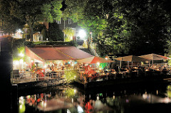 Hamburg Winterhude bei Nacht - Nachtaufnahme des Cafes und Restaurants auf dem Anleger Winterhuder Fährhaus an der Alster.