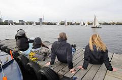 Bootssteg an der Aussenalster in der Herbstsonne. Segelboote auf dem Wasser des Hamburger Sees.