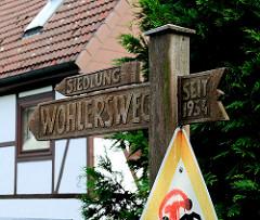 Geschnitztes Holzschild - Siedlung Wohlersweg - seit 1934 - Bilder aus dem Hamburger Stadtteil NEULAND.