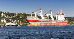 Das Massengutschiff Nassauborg auf der Elbe - der Frachter hat eine Tragfähigkeit von 20396 t - der Frachter hat drei Ladekräne an Bord.