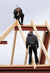 Zimmerleute bei der Arbeit auf dem Dach an den St. Pauli Landungsbrücken - Restaurierung des historischen Gebäudes. Fotos aus dem Hamburger Stadtteil ST. Pauli.