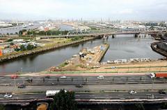 Billhafen und Oberhafenkanal - Eisenbahnbrücke über die Norderelbe - Panorama der Hansestadt Hamburg.