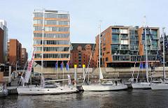 Ausstellung von Segelschiffen während der Bootsmesse Hanseboot im Traditionsschifffahrtshafen der Hafencity.