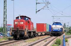 Güterzüge / Lokomotiven auf den Gleisen der Hafenbahn in Hamburg Waltershof.