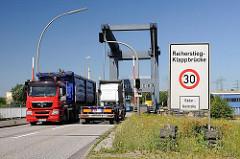 Lastwagenverkehr auf der Reiherstieg-Klappbrücke - ein Schild weist auf Radarkontrolle hin - Bilder aus dem Hamburger Stadtteil Wilhelmsburg.