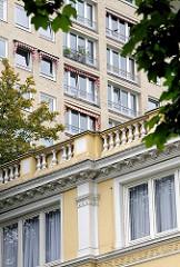 Fassade eines Gründerzeitgebäudes vor eines der Grindelhochhäuser in Hamburg Harvestehude.