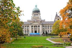 Hanseatisches Oberlandesgericht - Sievekingplatz Hamburg Neustadt - erbaut 1912, Architekten Lund + Kallmorgen - Herbstbäume.